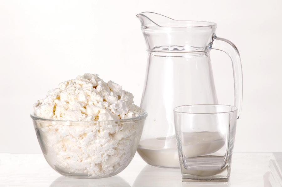 Обезжиренный творог и кефир - обязательный элемент диеты при панкреатите