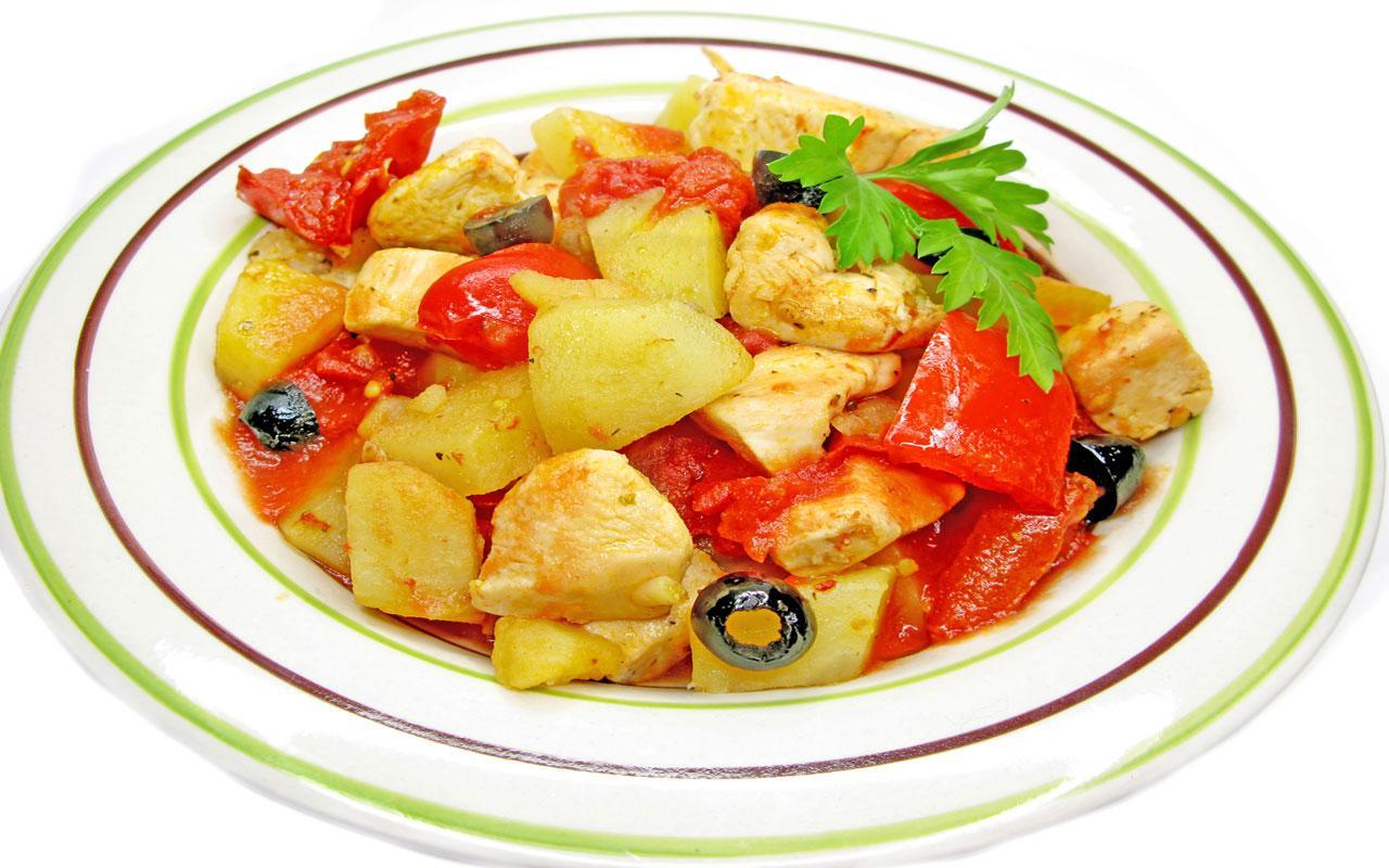Тарелка с курицей тушенной с овощами