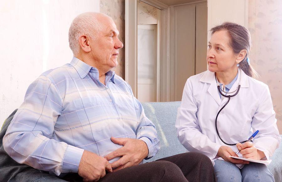 Осмотр пациента гастроэнтерологом